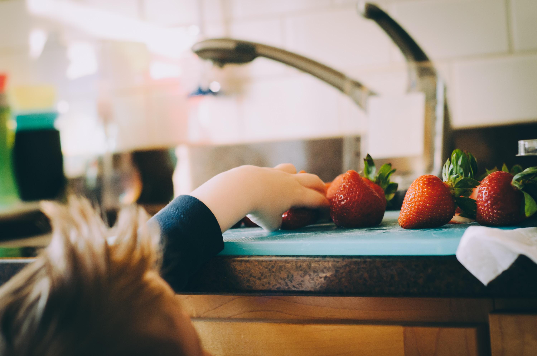 kids eating fruit